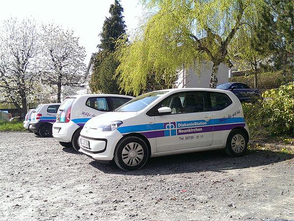 Fuhrpark der Diakonie Neunkirchen auf einem Schotter-Parkplatz